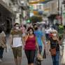 Người dân thủ đô Tây Ban Nha phản ứng trái chiều với việc tái áp đặt đóng cửa