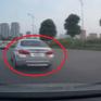 VIDEO giao thông: Ô tô vượt ẩu tại vòng xuyến, va chạm ô tô cùng chiều