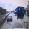Dừng giữa đường khi trời mưa, xe 4 chỗ suýt bị xe container tông trúng