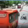 """Tránh xe đạp điện sang đường, xe khách phanh """"cháy lốp"""" rồi lật nghiêng"""