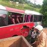 Tàu hỏa đâm ngang xe đưa đón học sinh, 2 em nhỏ cấp cứu