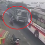 Xe tải vượt ẩu hất văng xe máy chở 2 con nhỏ xuống đường