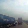 Nóng vội sang đường, xe máy suýt đấu đầu xe tải