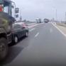 Tránh xe dừng đột ngột trên cầu dẫn, ô tô bị xe đầu kéo tông bẹp dúm đuôi
