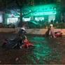 Hà Nội: Nhiều phố ngập nặng vì mưa lớn, người dân chật vật trên đường