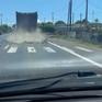 Đá tràn từ thùng xe tải xuống đường, tài xế chạy sau phanh gấp