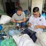 Diễn viên Thúy Diễm thử nhặt rác, xúc động trước hoàn cảnh 3 mẹ con sống bằng nghề thu mua phế liệu tại Tiền Giang