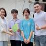 """Hồng Diễm phim """"Hướng dương ngược nắng"""" cuốc đất, tặng học bổng cho 2 em nhỏ ở Tam Điệp, Ninh Bình"""