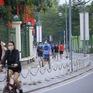 Hà Nội đóng cửa công viên phòng dịch COVID-19, người dân lại tràn ra vỉa hè… tập thể dục