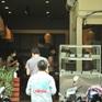 Hà Nội mở lại các cửa hàng ăn uống, nhiều người dân vẫn còn dè dặt