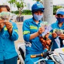 Công nhân vệ sinh môi trường bị nợ lương trong phóng sự của VTV rưng rưng cảm động khi nhận tiền ủng hộ