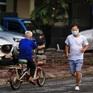 Bất chấp dịch COVID-19, nhiều người Hà Nội vẫn ra ngoài tập thể dục, chen chúc xét nghiệm