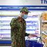 """Bộ đội """"đi chợ hộ"""" người dân ở tâm dịch TP Hồ Chí Minh: Người nhễ nhại mồ hôi, người tỉ mỉ """"check"""" hàng"""