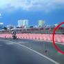 Xe máy đâm vào rào chắn do vào cua tốc độ cao