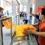 Trung thu giãn cách ở Hà Nội: Người dân xếp hàng mua bánh, phố Hàng Mã vắng vẻ