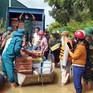 Bộ đội giúp dân dọn dẹp nhà cửa, tiếp tế nhu yếu phẩm sau mưa lũ